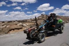 Rasender Tibeter auf seinem Einachser