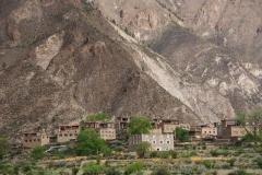 Dorf vor imposanter Kulisse