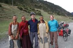 Pilger auf dem Weg nach Lhasa. Alle paar Schritte eine Niederwerfung zu Boden. Hut ab vor dieser Leistung...