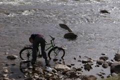 Gründliches Veloputzen im Fluss.