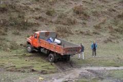 Lastwagen im Bachbeet