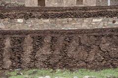 Mauern werden hier kunstvoll aus Jakschei.... gebaut.