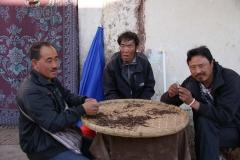 Duzende von Tibetern verkaufen die teure tibetischen Wurzeln