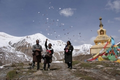Buddhisten werfen Papierzettel mit Gebeten in die Luft...