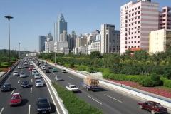 Urumqi. Millionenstadt mitten im Nirgendwo. Keine Stadt der Welt ist weiter vom Meer entfernt.