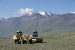 Strassenbau-Maschinen wollen irgendwie nicht so in die Landschaft passen. In China wird aber fast überall irgendwo gebaut und gewerkt.