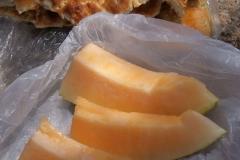 Melone und Fladenbrot zum Zmittag.