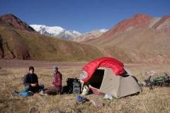 Auf dem Weg zum Pamir. Nach kühler Nacht wärmt die Sonne bereits wieder kräftig