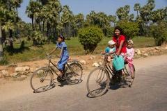 Familie auf Zweirädern - Myanmar