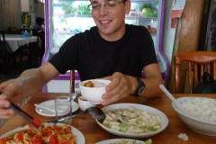 Essen in China. Kurz auf 3 Zutaten zeigen und fünf Minuten stehen drei feine Gerichte auf dem Tisch! All das für 4 Franken inkl. Reis und Tee!