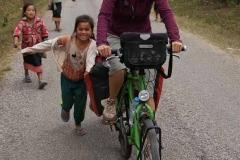 Corina erhält tatkräftige Unterstützung von den Dorfkindern. Hätten wir doch nur immer jemanden der uns die Hügel hinaufstossen würde.