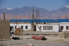 Karakul-Dorf. Die Häuser erinnern an Griechenland, das Altmetall an Russland