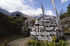 Statt Maniwaenden gibts im Khumbu riesige Manisteine