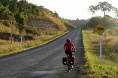 Das sonst flache Kambotscha empfängt uns mit einem Hügel nach dem anderen.