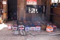 Dorfeigene Ladestation (Dieselgenerator) Am Abend holen die Leute ihre Batterie wieder ab.