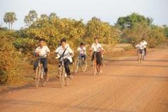Kinder auf dem Schulweg