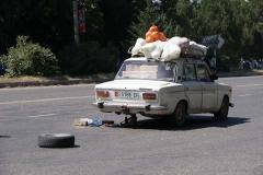 Reifenwechsel mitten auf der Strasse. Zentralasien ist das Land der Oldtimer!