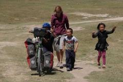 Nomadenkinder laden uns zur Jurte ein