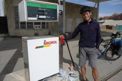 Schweizer Qualitätstanksäule mit kirgisischen Benzinpreisen (75Rp/Liter)