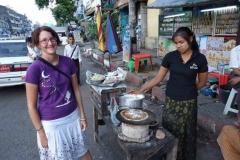 Burmesischer Crepe-Stand. Die Burmesischen Frauen haben eine Art traditionelles Make-Up / Sonnenschutz das sie sich auf die Backen streichen.