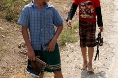 Mit Tauchermaske und Miniharpune sind die Jungs unterwegs zum Dorfbach. Jagt auf kleine Fische ist Wochenendbeschäftigung