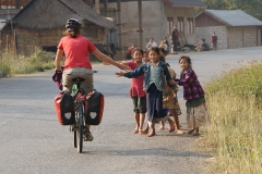 """""""High Five"""" ist schwer angesagt unter den laotischen Kindern!"""