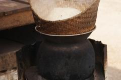 Über Nacht wird der Reis im Wasser eingelegt, dann eine halbe Stunde im Dampf gegart und fertig ist das Grundlebensmittel der Laoten - Stickyrice.