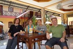 Schweizer Velofahrer-Treffen in Vientiane. Getroffen haben wir uns beim Velomechaniker... Alle Sprachregionen sind vertreten. Arnaud (französich), Corina (romanisch), Philipp (deutsch), Christian (italienisch)