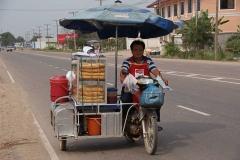 """Ein Traum für hungrige Velofahrer: Wir werden von einem Baguette-Stand """"verfolgt"""" ;-)"""