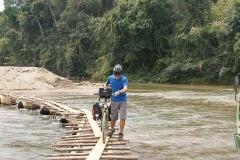 Flussquerung auf wackliger Brücke