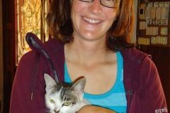 Corina mit der Gasthaus-Katze