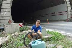 Plattfuss. Ausgerechnet im 3km Tunnel. Zum Glück war das Ende schon fast erreicht.