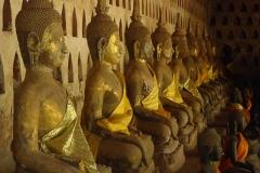 Buddhastatuen in einem Tempel in Vientiane.