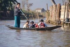 Bootsfahrt zur Schule