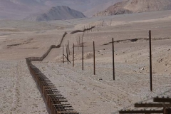 Die Chinesen haben ihren Grenzzaun direkt neben den Pamir-Highway in tajikisches Gebiet gepflanzt.