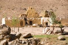 Afghanisches Haus mit Heustapel