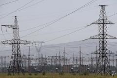 Stromleitungen zur Energie verschlingenden Aluminiumfabrik.