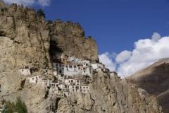 Das imposante Phugtalkloster aus der Ferne