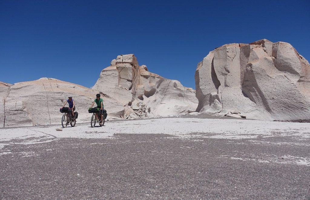 Faszinierende Felsformationen in Piedra Pomez und nasse Fuesse auf dem Weg nach Fiambala